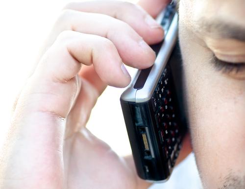 שימוש במכשיר סלולורי (אילוסטרציה)