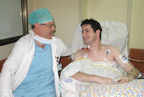 """משמאל ד""""ר מילטון סאוטה, מנהל מחלקת ניתוחי ריאות במערך לניתוחי חזה ולב בבילינסון ויריב קריסטל, מושתל הריאות"""