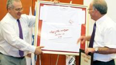 """ד""""ר יורמן מקבל תעודת הוקרה ומתנה ממחליפו ד""""ר מיכאל פלדמן (צילום: ציון יחזקאל, באדיבות דוברות הלל יפה)"""