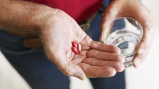 קשיש נוטל תרופה (אילוסטרציה)
