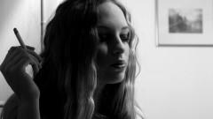 נערה צעירה מעשנת (אילוסטרציה)