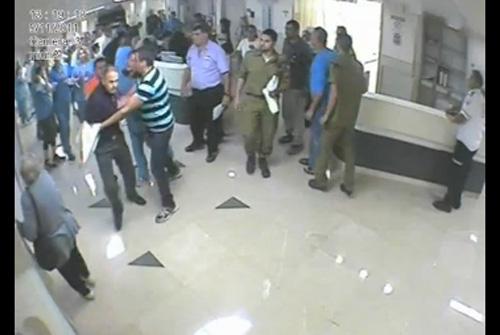 """אלימות נגד רופאים. תיעוד תקיפת רופא בחדר המיון בבית חולים רמב""""ם (מקור: בי""""ח רמב""""ם)"""