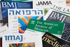 כתבי עת רפואיים (צילום: יונתן בלום)