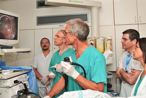 """הדגמת הפרוצדורה, מימין: ד""""ר קופלמן, ד""""ר ג'ייקוב, פרופ' סיפרד והצוות הרפואי (צילום: אבי חיון)"""