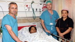 """משמאל לימין: ד""""ר כמאל חמוד, הפצוע-לאנגסאן פו יי, ד""""ר ליאור מרום וג'וי יאנג, היום ברמב""""ם (צילום: פיוטר פליטר)"""