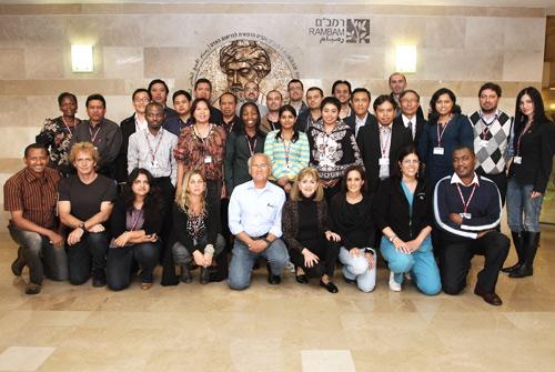"""תמונה קבוצתית של משתתפי הקורס וסדנת הסימולציה ברמב""""ם (צילום: פיוטר פליטר)"""