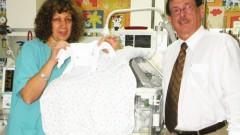"""ד""""ר דוד קהלת עם יעל אושר, האחות הראשית בפגיית 'וולפסון' מציגים את החולצה הייחודית לפגים (קרדיט צילום: ברק נונא)"""