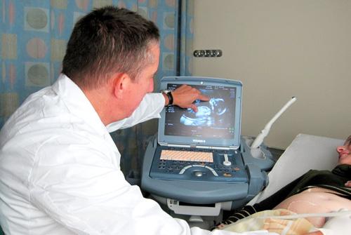 """ד""""ר שרים בעת ביצוע בדיקות אולטראסאונד (צילום: בי""""ח הלל יפה)"""