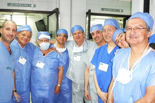 """פרופסור איאן גרלנק מרמב""""ם (משמאל) בחברת חלק ממשתתפי הסדנה לרופאי גסטרו באקוודור (צילום: פרטי)"""