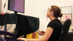 """ד""""ר אילנה ניסקי והסימולטור (צילום: אונ' בן גוריון)"""