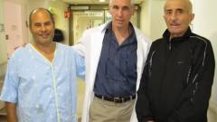 בתמונה מימין: המושתל חסן ספאדי, פרופ' איתן מור – מנהל מחלקת השתלות בבילינסון והמושתל אריה צברי