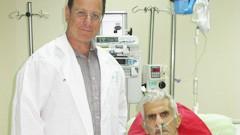 """בתמונה: (משמאל לימין) ד""""ר בני מדליון, מנהל יחידת השתלות לב ריאה במערך ניתוחי לב וחזה בבילינסון והמושתל. (צילום: דוברות בילינסון)"""