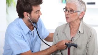 עוזר-רופא בודק מטופלת (אילוסטרציה)