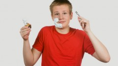 בתמונה: נער מתבגר מתגלח (אילוסטרציה)