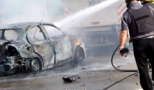 כיבוי מכונית שהתלקחה בעקבות נפילת גראד באשדוד ביום 17.11.2012 (מקור צילום: יוטיוב)