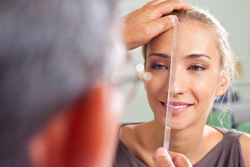 מדידת פנים לקראת ניתוח פלסטי (אילוסטרציה)