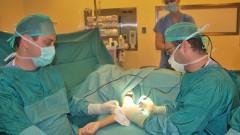 """בתמונה: ד""""ר ליאור פז (מימין) בעת הניתוח הייחודי. (באדיבות דוברות מרכז שניידר)"""