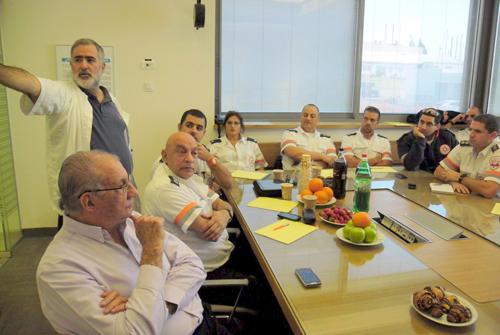"""בתמונה: עומד - ד""""ר ערן טלאור. ראשון משמאל: ד""""ר יוסף פקטור (צילום: מיה צבן , דוברת ביה""""ח פוריה)"""