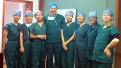 """ד""""ר אילן אטלס בהדרכה בסין (הצילום באדיבות דוברות המרכז הרפואי פוריה בטבריה)"""