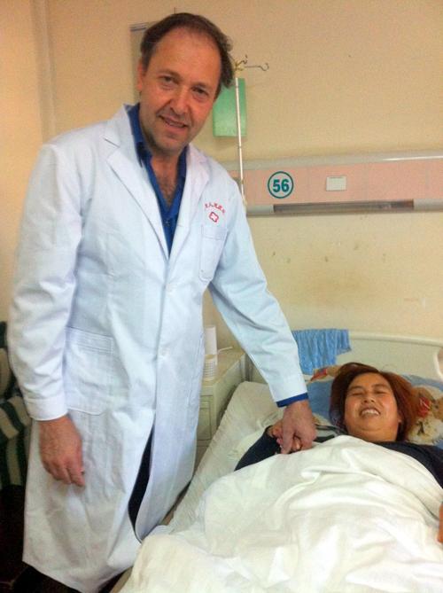 """ד""""ר אילן אטלס עם מטופלת בסין (הצילום באדיבות דוברות המרכז הרפואי פוריה בטבריה)"""
