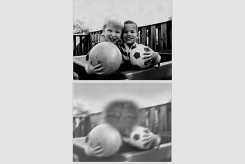 אותה תמונה מנקודת מבטו של אדם ללא לקות ראיה (למעלה) ומנקודת מבט של אדם עם ניוון מקולרי (מתחת). מקור צילום: ויקיפדיה