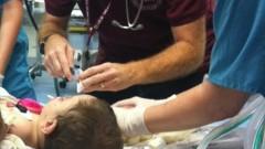 """רופאי מיון ילדים ברמב""""ם מטפלים בפעוט. התמונה איננה קשורה לאירוע המתואר בהודעה לעיתונות (צילום: בי""""ח רמב""""ם)"""
