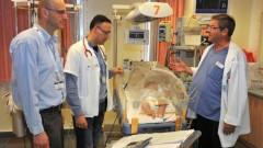 """הצוות המטפל בעת ביקור רופאים במחלקה: ד""""ר זאב סוניס, מנהל טיפול נמרץ ילדים בי""""ח נהריה, ד""""ר חוסיין דבאח, ד""""ר אמיר קופרמן המטולוג ילדים (צילום: רוני אלברט. ביה""""ח נהריה)"""