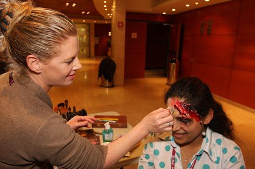"""בתמונה: אחת ממשתתפות הקורס, בסדנת האיפור (צילום: פיוטר פליטר. בי""""ח רמב""""ם)"""