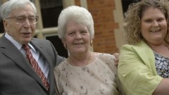 פרופ'/סר רוברט אדוארדס (משמאל) עם לואיז בראון (מימין) ואמה לסלי בראון בשנת 2008