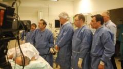 """ד""""ר אלן סוויסה מדגים את השימוש במכשיר (צילום: ארז קוריאל """"פוינט 2 פוינט"""")"""