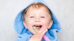 פעוט מצחצח שיניים