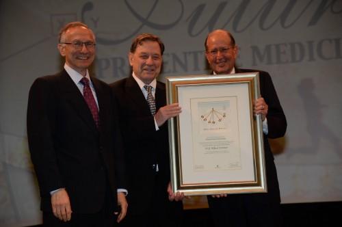 """פרופ' אלפרד סומר (מימין) בטקס קבלת פרס """"דן דוד"""", בתחילת יוני (צילום: ישראל הדרי)"""