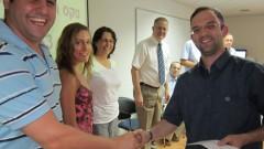 """משפחת נקר מעניקה את הפרס לנציגו של ד""""ר אמיר וינטראוב, שנסע להשתלמות בקנדה (צילום: יח""""צ)"""