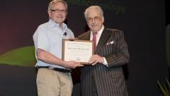 """פרופ' להרויט (משמאל) מקבל את הפרס מידי ד""""ר אלן ג'. גרבר, נגיד ה-ACE (צילום: ג'ין ווייטסייד)"""