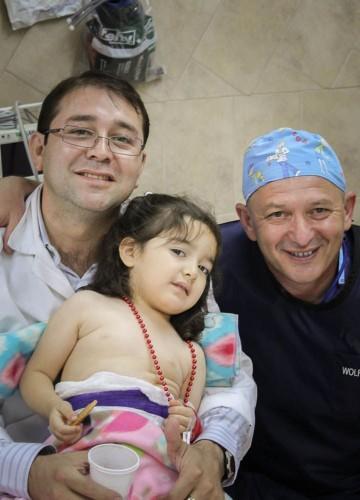 """ד""""ר אידלמן (מימין) עם מטופלת (צילום: יח""""צ)"""
