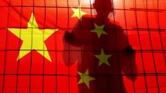 אדם מאחורי גדר המכוסה בדגל סין (צילום: אילוסטרציה)