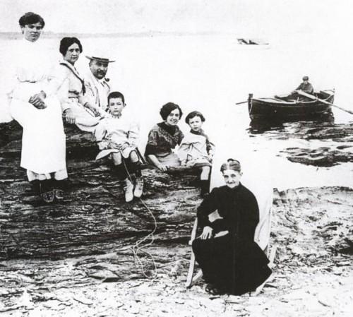 משפחת דאלי ב-1910, דאלי הילד במרכז (צילום: ויקיפדיה)