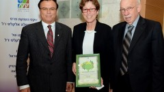 """מימין: מנכ""""ל הדסה, אביגדור קפלן, זוכת הפרס ד""""ר אורלי אל-פלג, יו""""ר קק""""ל אפי שטנצלר (צילום: אבי חיון / באדיבות קק""""ל)"""
