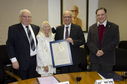 מימין: פרופ' אהרן שי,  פרופ' יוסף קלפטר, ורדה ובעז דותן, בטקס החתימה (צילום: אוניברסיטת תל אביב)