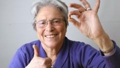 פרופ' מרתה ויינשטוק-רוזין, מחזיקה גלולה של התרופה אקסלון (צילום: נתי שוחט / פלאש 90)