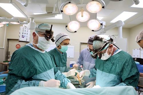 """צוות רופאי רמב""""ם מנתח את י', ילד ירדני שהיה זקוק להשתלת כליה (צילום: פיוטר פליטר / רמב""""ם)"""