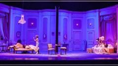 """בתמונה זו רואים את שני האותלו בחדרים נפרדים של הסוויטה, האחד עם בתו של מנהל האופרה שרוצה אהבה גדולה והשני עם זמרת באופרה שרוצה המלצה חמה על מנת לקבל תפקיד באופרה של ניו יורק. מספרים על השנייה שהיא """"עוברת"""" על כל הזמרים באופרה, על פי הא""""ב (צילום: אתר הקאמרי)"""