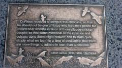 """לוחית זיכרון עם ציטוט מתוך """"הדבר"""" (צילום: ויקיפדיה)"""