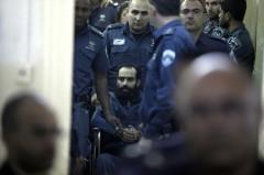 .שוטרים מלווים את האסיר סאמר אל-עיסאווי, ששבת רעב במשך חודשים ב-2013 (צילום: פלאש 90)