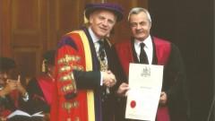 """ד""""ר חמוד מקבל את דיפלומת הוקרה של הקולג' המלכותי הבריטי לכירורגים (צילום: """"פוריה"""")"""