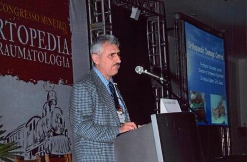 """פרופ' אלכנסדר לרנר בעת הרצאות בכנס אורתופדיה בינ""""ל בברזיל (צילום: פרטי)"""
