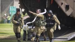 """חייל פצוע מעזה מפונה לבית החולים """"סורוקה"""" בבאר שבע (צילום: פלאש 90)"""