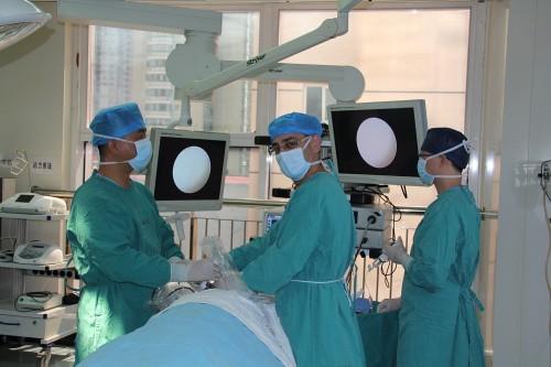 """ד""""ר שריף עריידה במהלך ההשתלמות בבית החולים בשנגחאי (צילום: פרטי)"""