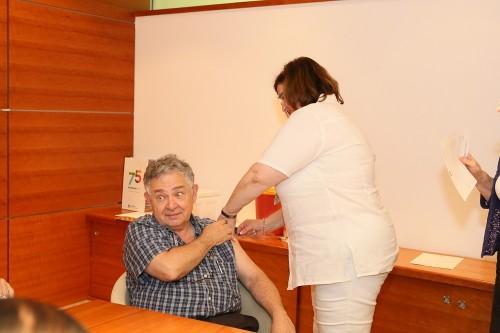 """פרופ' שמעון רייסנר, סגן מנהל """"רמב""""ם"""", מתחסן נגד שפעת (צילום: """"רמב""""ם"""")"""