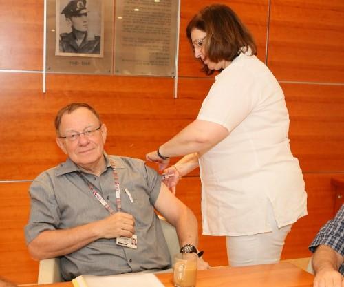 """פרופ' רפי ביאר, מנהל """"רמב""""ם"""", מתחסן נגד שפעת (צילום: """"רמב""""ם"""")"""